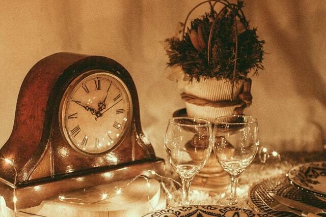 アンティーク調置時計とグラス